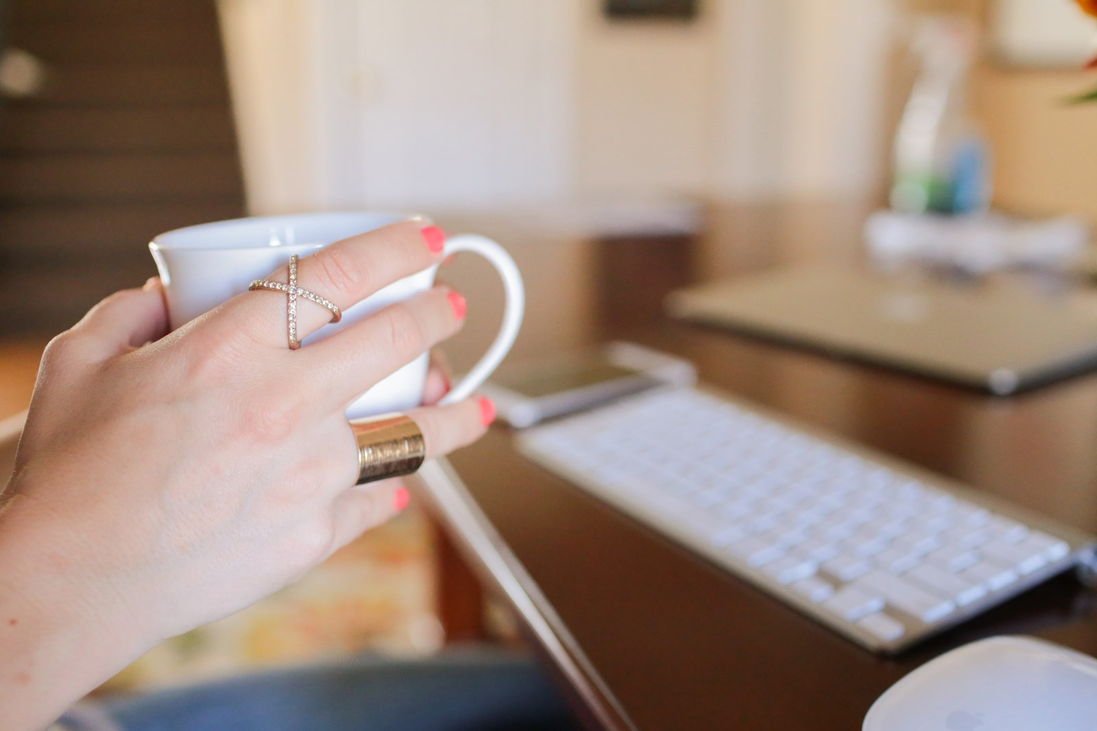 wordpress_blogging_hands_holding_cup_rings_itsgoldie_fashionblog